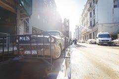Glömd gammal bil på gatan Royaltyfria Bilder