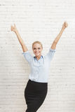 Glück der Geschäftsfrau mit den Händen oben und den Daumen oben Stockbild