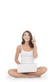 Glück der jungen Frau sitzend auf dem Boden mit ihrem Laptop wh Lizenzfreie Stockfotos