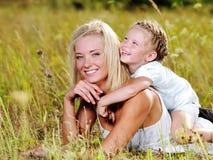 Glück der Mutter und der Tochter Stockfotos