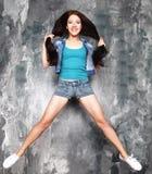 Glück, Freiheit und Leutekonzept - lächelnde junge Frau J Lizenzfreie Stockbilder