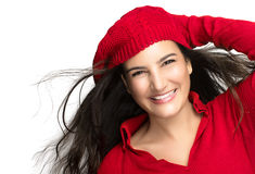 Glück. Frohes Winter-Mädchen im Rot. Fliegen-Haar Lizenzfreies Stockfoto