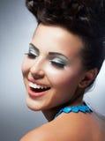 Glück. Genuss. Das Gesicht der netten Frau mit glücklichem Lächeln. Glück u. Glück lizenzfreie stockfotografie
