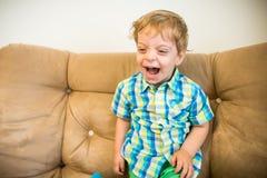 glück Glücklicher Junge Lachendes Kinderporträt lizenzfreie stockfotografie