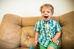 glück Glücklicher Junge Lachendes Kinderporträt lizenzfreies stockbild