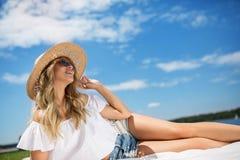 Glück ist im Freilicht entspannend Lizenzfreies Stockbild