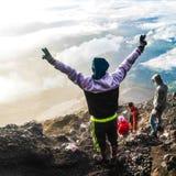 Glück, nachdem Spitze von Kerinci-Berg, Jambi, Indonesien erreicht worden ist lizenzfreie stockbilder
