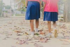 Glück-Studentinnen kommen Schule für das erste semest zurück lizenzfreies stockbild