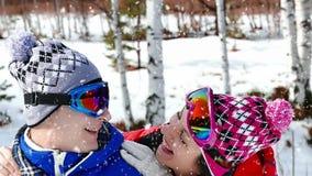 Glück und Gelächter beim Schneien stock video footage