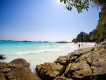 Glück unter dem Smaragdmeer, dem weißen Sand und den natürlichen Felsen lizenzfreie stockfotografie