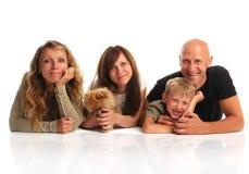Glückfamilie mit einem Hund Stockfotografie