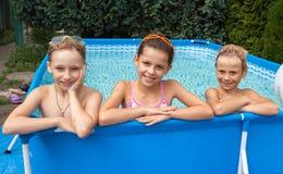 Glückkinder am Pool Lizenzfreies Stockfoto