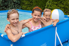 Glückkinder am Pool Lizenzfreies Stockbild