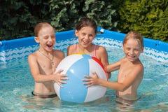 Glückkinder am Pool Stockbilder