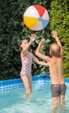 Glückkinder am Pool Lizenzfreie Stockfotos