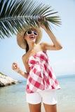 Glücklich auf dem Strand Lizenzfreies Stockbild