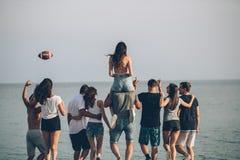 Glücklich bemannt und der Weg der Frau an der Strand Gruppe von den Freunden, die Strandurlaube genießen stockbild
