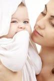 Glücklich in den Mutterhänden Stockbild
