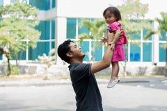 _glücklich father Vatertag - attraktiv asiatisch Mann spielen zusammen an Park in sonnig Tag stockfotografie