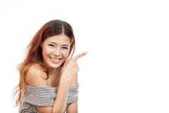 Glücklich, lächelnd, Positiv, Frau, die auf Leerstelle zeigt lizenzfreies stockbild