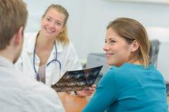 Glücklich mit Röntgenstrahlergebnis Lizenzfreies Stockfoto