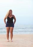 Glücklich plus junge Frau der Größe nahe dem Meer Lizenzfreies Stockbild