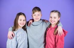Glücklich, solche guten Freunde zu haben Teenagerfreunde Wahre Freundschaft des Mädchens und des Jungen Kinderlächelnde Gesichter lizenzfreie stockfotos
