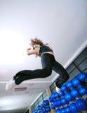 Glücklich und oben springend. lizenzfreie stockbilder
