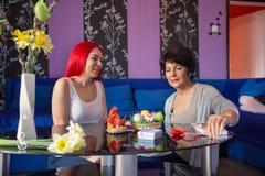 Glücklich zusammen - Mutter- und Erwachsentochter Lizenzfreie Stockfotografie