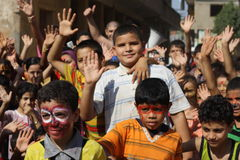 Glückliche ägyptische Kinder, die am Nächstenliebeereignis in Giseh, Ägypten spielen stockfoto