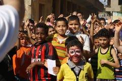 Glückliche ägyptische Kinder, die am Nächstenliebeereignis in Giseh, Ägypten spielen lizenzfreies stockfoto