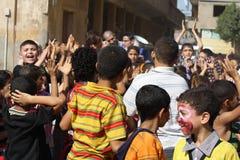 Glückliche ägyptische Kinder, die am Nächstenliebeereignis in Giseh, Ägypten spielen lizenzfreie stockfotografie