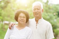 Glückliche ältere asiatische Paare lizenzfreies stockfoto