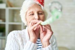 Glückliche ältere Dame an der Partei stockfotografie