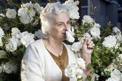 Glückliche ältere Dame im Garten stockfotografie