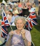Glückliche ältere Dame Waves British Flags lizenzfreie stockbilder