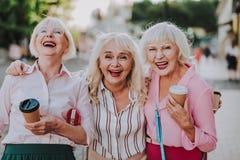 Glückliche ältere Damen haben Spaß zusammen stockfotos