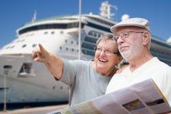 Glückliche ältere erwachsene Paar-Touristen mit Broschüre durch Kreuzschiff lizenzfreies stockbild