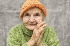 Glückliche ältere Frau, die an der Kamera lächelt Lizenzfreies Stockfoto