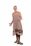 Glückliche ältere Frau in geblühten Matten und in Kleid Lizenzfreies Stockfoto