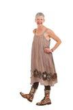 Glückliche ältere Frau in geblühten Matten und in Kleid Stockfotos