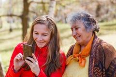 Glückliche ältere Frau mit ihrer Tochter Stockfotografie