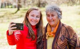 Glückliche ältere Frau mit ihrer Tochter Stockfoto