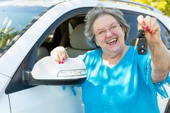 Glückliche ältere Frau mit Neuwagen und Schlüsseln Stockfotos