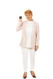 Glückliche ältere Geschäftsfrau, die Billardball acht hält Stockfotos
