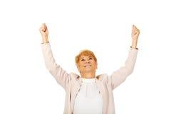 Glückliche ältere Geschäftsfrau mit den Armen oben stockfotos