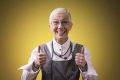 Glückliche ältere Geschäftsfrauvertretungsunterstützung stockfotos
