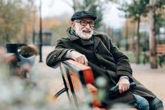 Glückliche ältere männliche Person, die Zeit im Park verbringt stockfotos