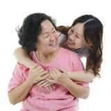 Glückliche ältere Mutter- und Erwachsentochter lizenzfreie stockfotografie