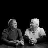 Glückliche ältere Paare auf einem schwarzen Hintergrund Lizenzfreie Stockfotografie